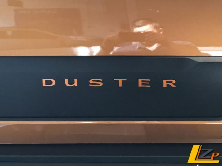 Dacia Duster II Seitenschutzleisten Schriftzug Dacia Duster II Seitenschutzleisten Schriftzug Taklamakan Orange